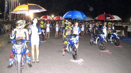 Pembalap di starting grid balapan malam YCR Makassar