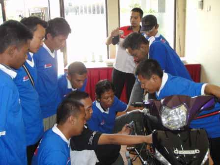 Penjelasan FI Yamaha bagi peserta dari bengkel umum