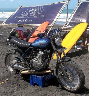 Scorpio Z modifikasi dipajang di pantai surfing Slidetober Fest kerjasama Yamaha dan Deus ex Machina Indonesia-