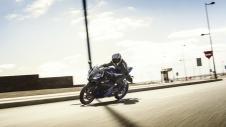 2014-Yamaha-YZF-R125-EU-Race-Blu-Action-005