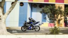 2014-Yamaha-YZF-R125-EU-Race-Blu-Action-007