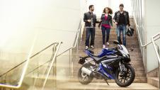 2014-Yamaha-YZF-R125-EU-Race-Blu-Static-002