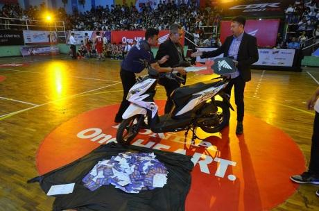 Head of Marketing Communication Wahana, Andra Friyandana berikan hadiah undian Honda BeAT Street kepada penonton secara diundi