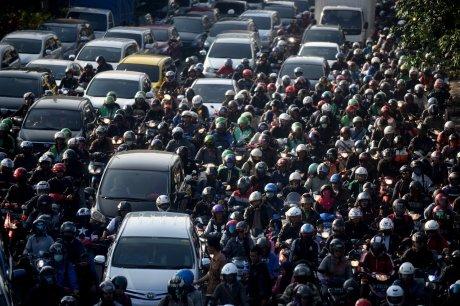 Kendaraan terjebak kemacetan di Jalan Basuki Rahmat, Jatinegara, Jakarta, Senin (18/7)
